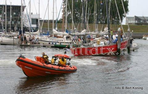Een ongebruikelijke hulpverlening dinsdagavond voor de reddingboot 'Francine Kroesen' in de Waddenhaven op Texel. Het stalen tweemaster zeiljacht 'Equinoxe' uit Amsterdam had de pech om bij afgaand tij vast te raken nabij de scheepshelling. Ondanks sleeppogingen van zowel de rubberboot van de Waddenhaven en de KNRM lukte het s 'middags niet om hem vlot te krijgen. Zelfs hulp van andere watersporters, d.m.v. een sleeptros aan de mast, mochten niet baten. Pas rond middernacht lukte het de 'Francine Kroesen'  om de 'Equinoxe' onder grote publieke belangstelling bij voldoende water weer vlot te krijgen.
