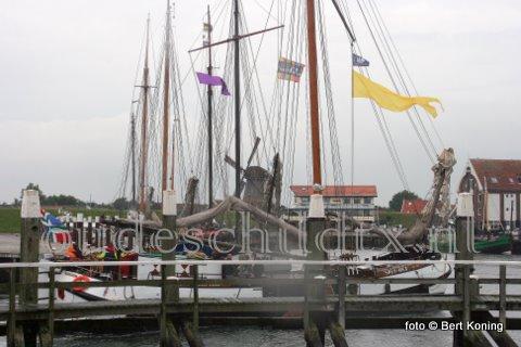 Zaterdagmorgen meerde in de haven van Oudeschild de charterschepen 'Victoria-S, ''Spesmea', 'Frans Horius', 'Wilhemina' en de 'Kimsalverd' af in de haven van Oudeschild. Het bonte gezelschap artiesten gaf zaterdagmiddag een optreden in het centrum van Den Burg. Na Texel zullen ook de andere Waddeneilanden bezocht worden.