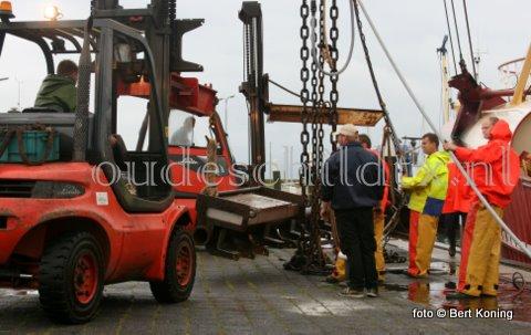Dinsdagavond meerde de TX 68 'Vertrouwen' van de firma van der Vis & Daalder uit Oosterend vroegtijdig af in de haven van Oudeschild. Men had de pech dat de giek dubbel ging bij het halen onder de Engelse kust. 'Hij vouwde zo in elkander' aldus de bemanning. De giek werd direct bij Visser - Texel verstevigd. Terwijl woensdag Verburg-Holland b.v. het pulsgedeelte weer herstelde. Woensdagmiddag vertrok men weer naar zee.