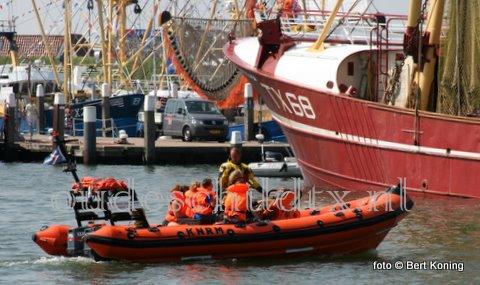 Terwijl de stand van de KNRM goede zaken deed op het HavenVIStijn Oudeschild met 12 nieuwe donateurs en een vaartochtje met de 'Francine Kroesen' kwam de 'Beursplein 5' nog daadwekelijk in aktie. Vrijdagmorgen sleepte reddingboot van station De Cocksdorp het 12 meter lange zeiljacht veilig naar Den Helder. Het jacht met tien opvarenden had zeil-en motorproblemen nabij Vlieland. Zaterdag was het weer raak voor de 'Beursplein 5'. Ter hoogte van de Texelse Slufter had een zeiljacht met vijf opvarenden motorproblemen. Ook deze sleepte men veilig naar Den Helder.