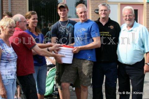 Vrijdagmiddag werd in Den Burg door de organisatie van het HavenVISttijn 2010, in aanwezigheid van een visroker en een visbakker, overgedragen aan de Texelse Reede en Kika. De opbrengst van 2250,= euro van de gebakken- en grookte vis was bestemd voor een aangepaste fiets voor de Texelse Reede. Terwijl de opbrengst van de giften voor de broodjes garnalen, 2173,55 euro, aan een plaatselijk vertegenwoordigster (foto onder) van KIKA werd overhandigd.